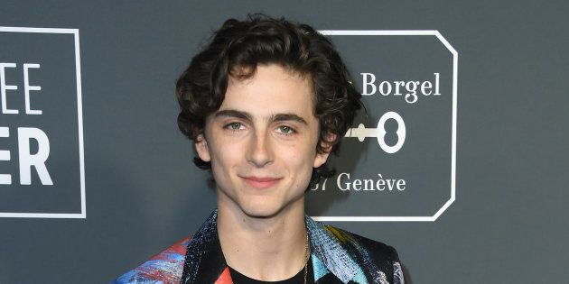 Timothée Chalamet a encore surpris les photographes sur le tapis rouge des Critics Choice Awards en portant...