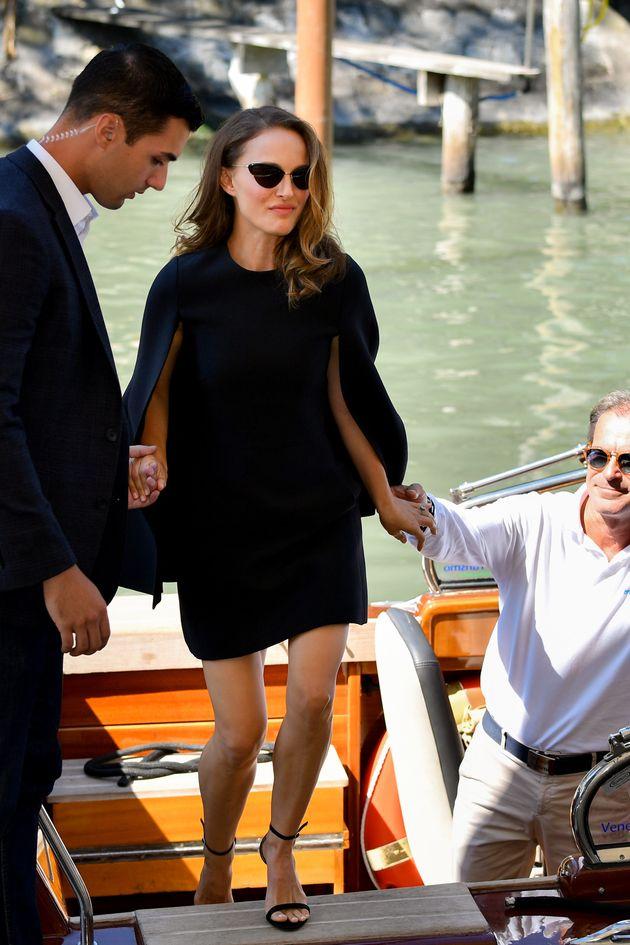 Natalie Portman tout en sobriété sur le tapis rouge de la Mostra de