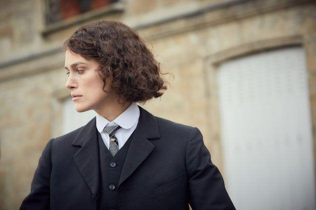 L'écrivaine Colette, jouée par Keira Knightley, au moment de sa vie où elle coupe ses longues nattes...