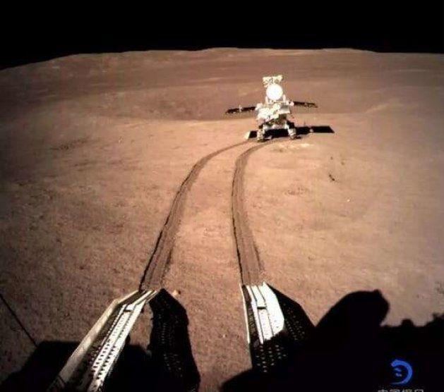 Le rover Yutu 2, pris en photo par l'atterrisseur de la sonde Chang'e 4, sur la face cachée de la