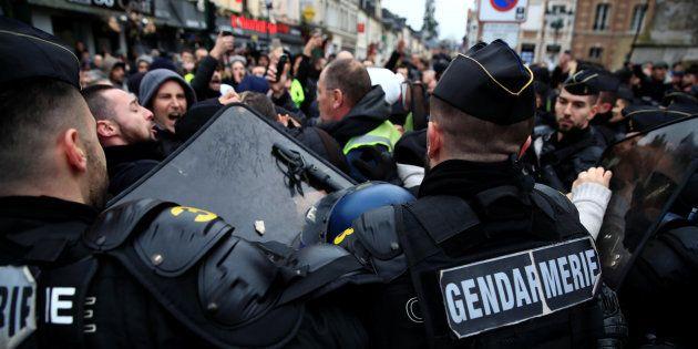 Des gendarmes face à des gilets jaunes à Grand Bourgtheroulde, où Emmanuel Macron a lancé le grand débat...