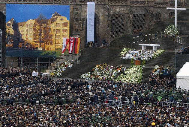 Des milliers d'Allemands se rassemblent en 2002 pendant une cérémonie d'hommages aux 16 victimes après...