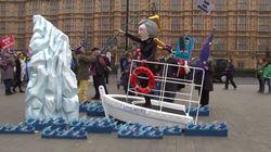Des manifestants parodient le débat sur le Brexit façon