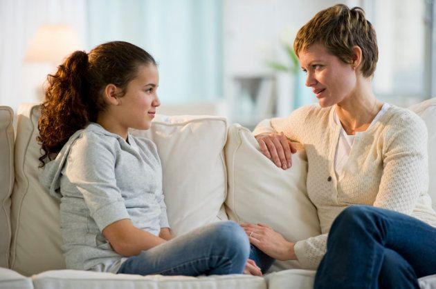 Les parents ont parfois besoin de se confronter à leur propre éducation et à leur ressenti concernant la masturbation pour avoir une discussion constructive avec leurs enfants.