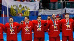 Les hockeyeurs russes ont bravé l'interdit en recevant leur médaille d'or aux