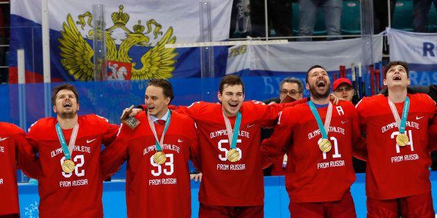 Les hockeyeurs russes ont chanté leur hymne national interdit en recevant leur médaille d'or aux