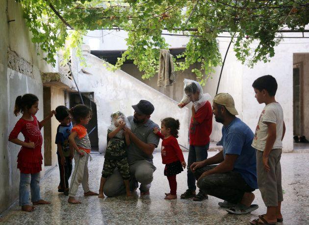 En Syrie, à Idlib, pourquoi les habitants mettent des gobelets en carton sur leur