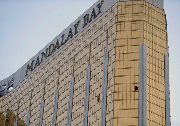 Les deux fenêtres brisées par le tireur de Las Vegas, au 32e étage du Mandalay