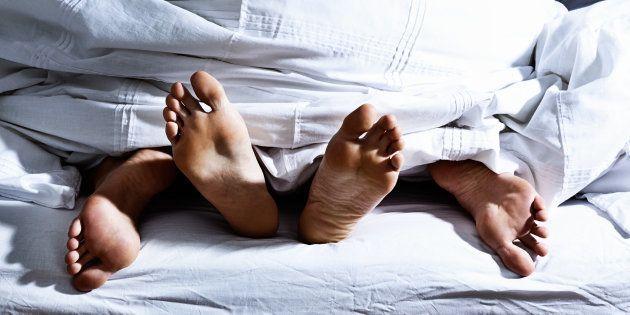 Pour ne pas éjaculer trop vite, lors d'un rapport sexuel, écarter les cuisses peut être