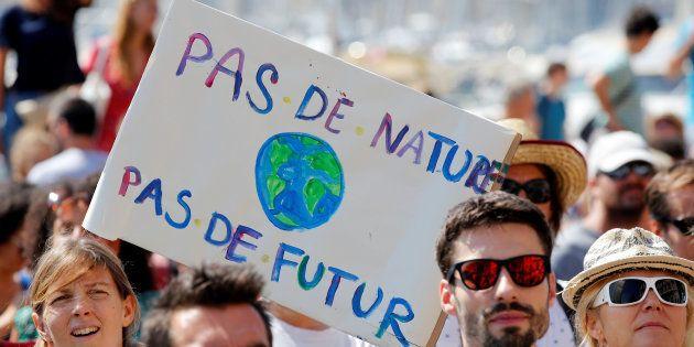 Plusieurs dizaines de milliers de personnes ont défilé en France pour que la défense de l'environnement...