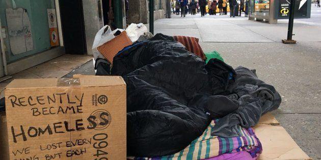 Face aux vagues de froid, comment Montréal, Toronto, Chicago et New York protègent leurs sans-abri (Photo: un sans-abri à New York, le 16 février 2018).