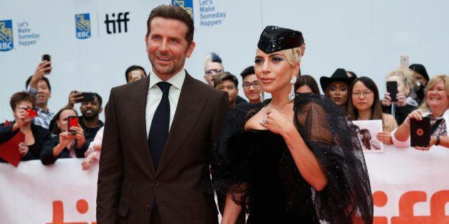 Bradley Cooper pose ave Lady Gaga à la premiere de A Star is Born à