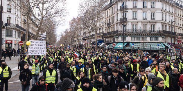 Des gilets jaunes manifestant à Paris le 12 janvier
