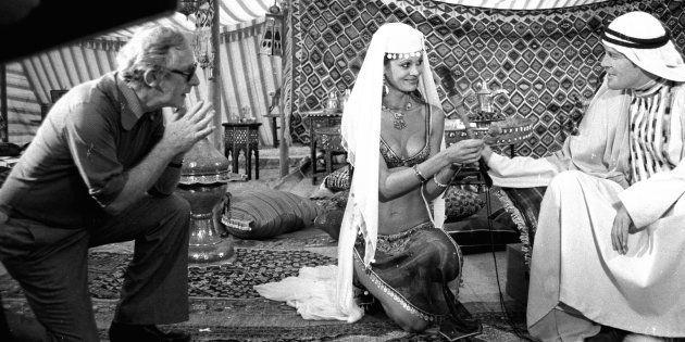 Lewis Gilbert, Dawn Rodrigues et Roger Moore sur le tournage