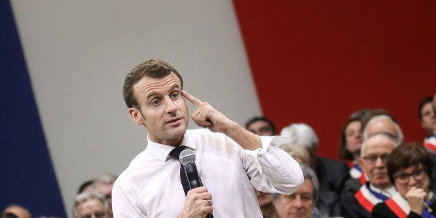 Emmanuel Macron à Souillac débattant avec 600 maires