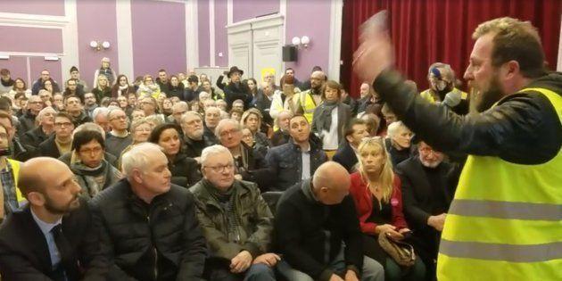 Ce vendredi, une cinquantaine de gilets jaunes ont forcé l'entrée de la salle où se tenait un débat en...