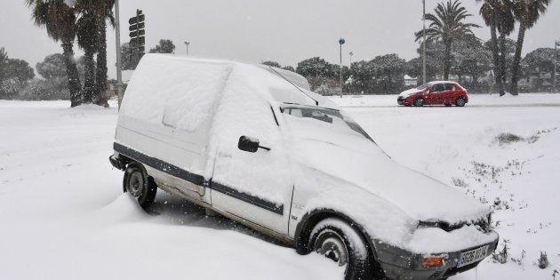 Une voiture sous la neige à