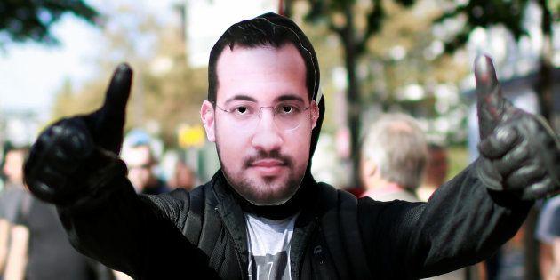 Un manifestant portant un masque d'Alexandre Benalla, dont les turpitudes embarrassent jour après jour...