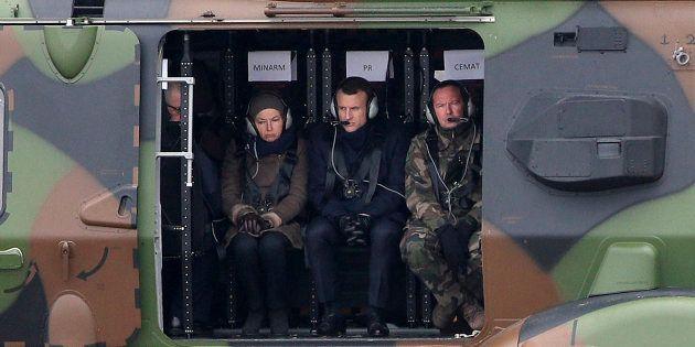 Le président de la République Emmanuel Macron et la ministre des Armées Florence Parly à bord d'un hélicoptère