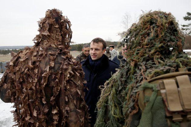 Le président Emmanuel Macron discutant avec des soldats en tenue de