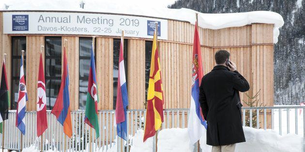 Devant le centre des congrès de Davos en Suisse le 20