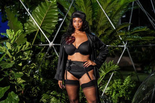 6489c17d5e0 Rihanna clôture la Fashion Week de New York avec un défilé de lingerie