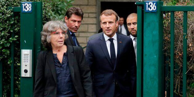 Emmanuel Macron sortant de chez Josette Audin, veuve de Maurice Audin, aux côtés de leur Michèle Audin...