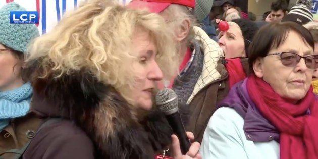 Martine Wonner devant les manifestants demandant plus de moyen pour la