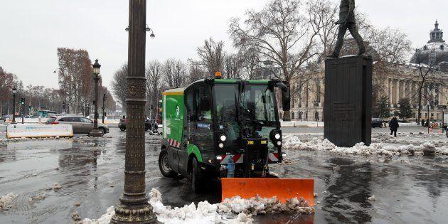 Météo France indique que la neige se déplace vers l'Est. Mais elle continuera de perturber les transports...