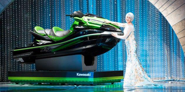 Helen Mirren présentant le fameux Jet Ski sur la scène des Oscars le 4 mars