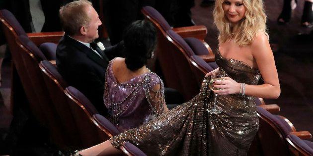 Jennifer Lawrence, déchaînée lors de la cérémonie, est tout simplement passée par dessus les sièges des...