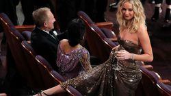 Jennifer Lawrence passe par dessus les sièges des Oscars avec un verre de