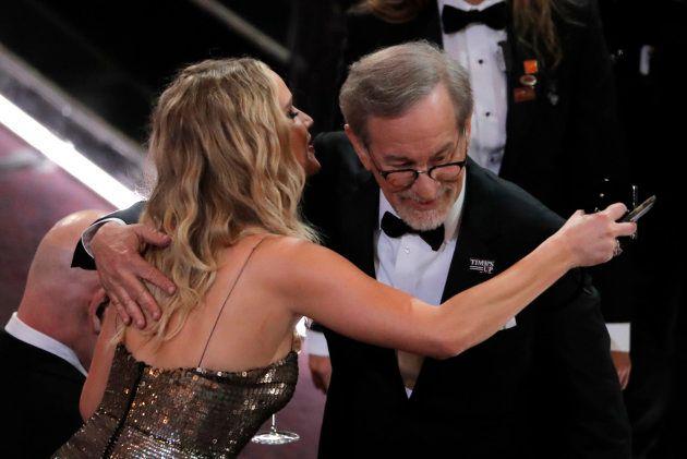 Jennifer Lawrence enjambe les sièges de la salle et enlace Steven Spielberg à la 90e cérémonie des