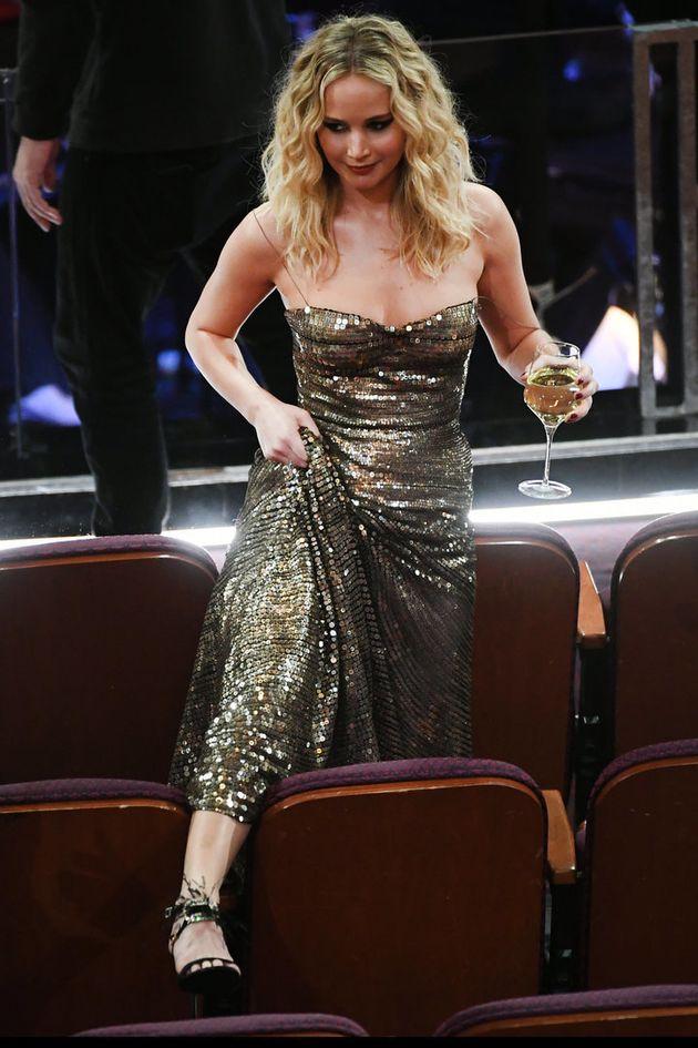 Jennifer Lawrence enjambe les sièges de la salle et enlace tout ceux qu'elle croise à la 90e cérémonie...