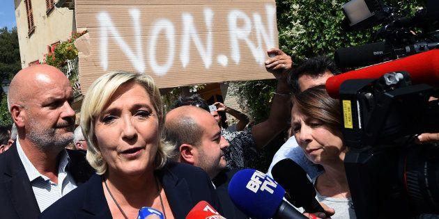 Non, les militants qui ont perturbé la visite de Marine Le Pen dans le Var n'étaient pas