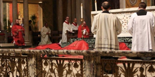 Donald Wuerl, cardinal de Washington, se prosterne en signe de repentance envers les victimes de