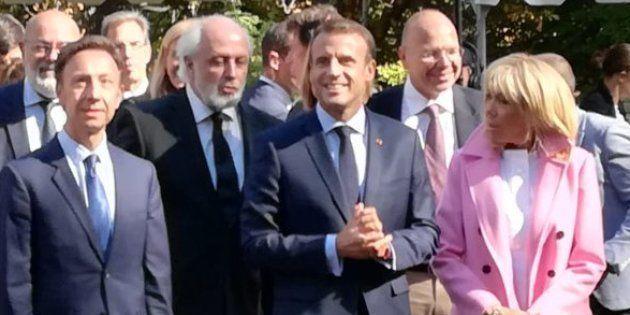 Emmanuel Macron salue