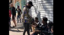 Kaaris distribue des liasses de billets dans la rue,
