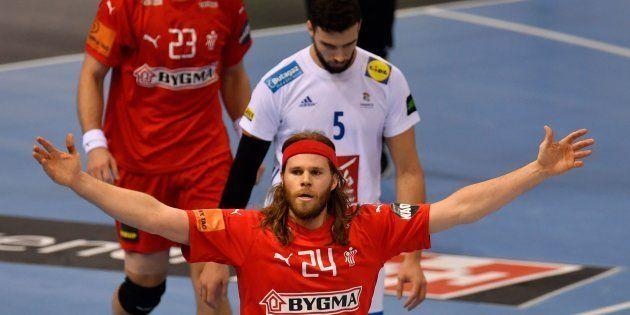 Le Danois Mikkel Hansen célébrant un but inscrit contre la France à Hambourg le 25 janvier
