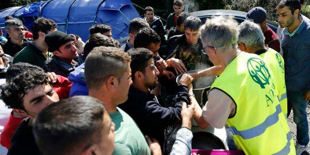 À Calais, ce que change la distribution des repas par l'État pour les