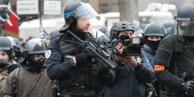 Un policier avec un lanceur de balle de défense place de la Bastille à Paris le 26 janvier