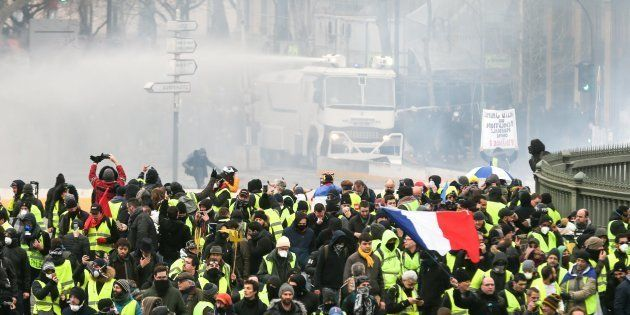 Des gilets jaunes manifestant à Paris le 26 janvier