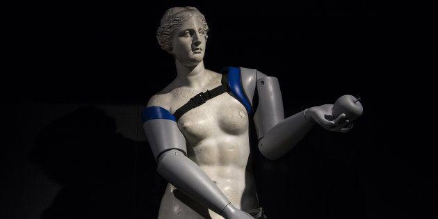 Une reproduction de la Vénus de Milo équipée de prothèses, installée dans la station de métro parisienneLouvre-Rivoli (ligne 1).