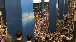 Impressionnantes images des métros saturés à Hong Kong après le passage de la tempête
