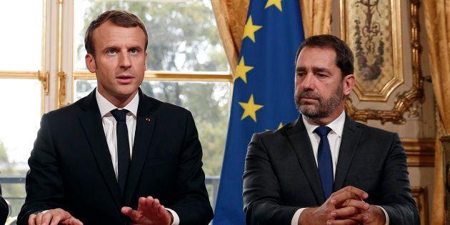Le président Emmanuel Macron aux côtés de son secrétaire d'Etat aux Relations avec le Parlement, Christophe