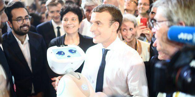 Emmanuel Macron tient au robot au salon Viva technology à Paris, le 15 juin