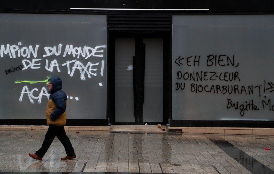 Avec leurs graffitis, les gilets jaunes