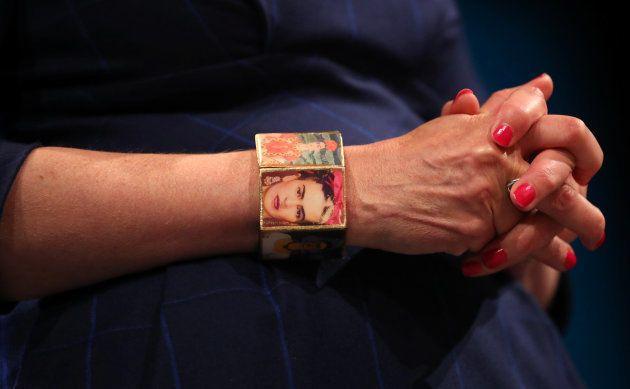 La Première ministre britannique porte un bracelet à l'effigie de Frida