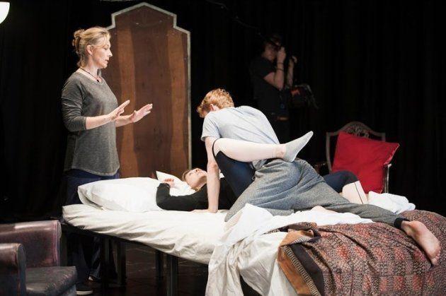 Les acteurs participent à des ateliers sur les scènes intimes animés par Ita