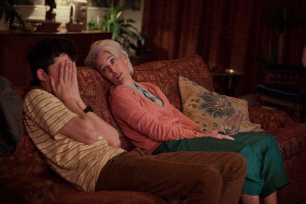 Jean (Gillian Anderson) embarrasse son fils Otis (Asa Butterfield) en lui parlant de